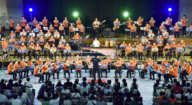 伸びやかな演奏を披露する中学生ら=6月1日、福井県の鯖江市総合体育館