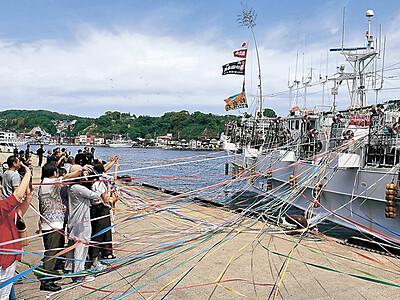 「大漁を」イカ釣り船出港 能登町小木港