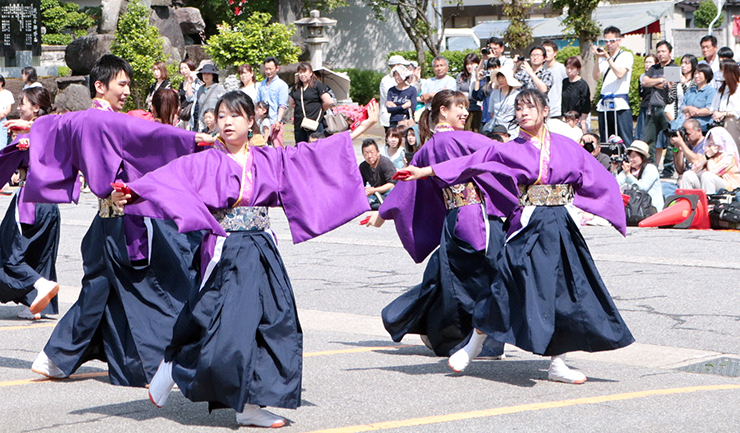 よさこいを演舞する出演団体=砺波市役所庄川支所