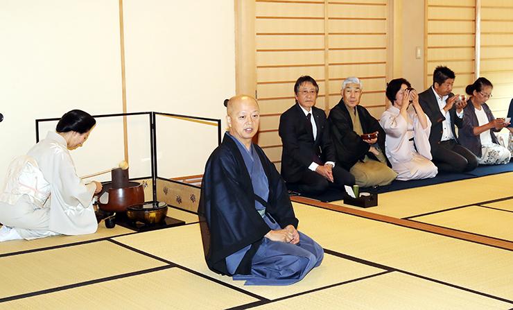 北日本となみ野茶会の20周年を祝い、大樋さん(中央)が席主を務めた記念茶会=北日本新聞砺波支社