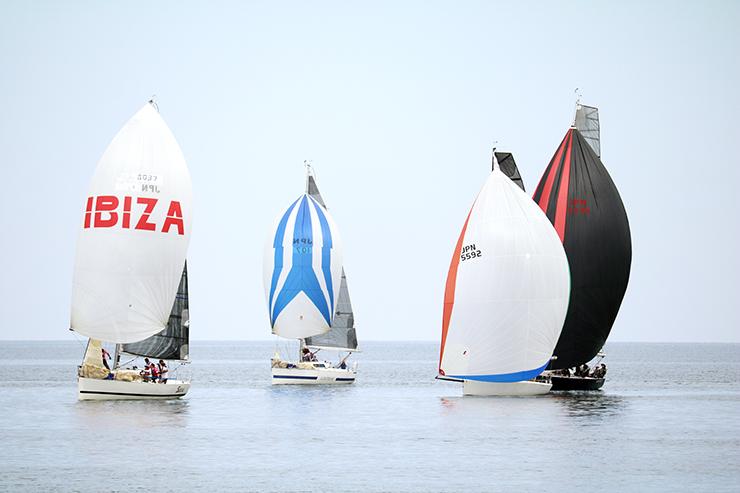 海上で白熱したレースを展開するヨット