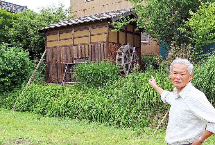 水車小屋風に改修した物置小屋を紹介する中平会長