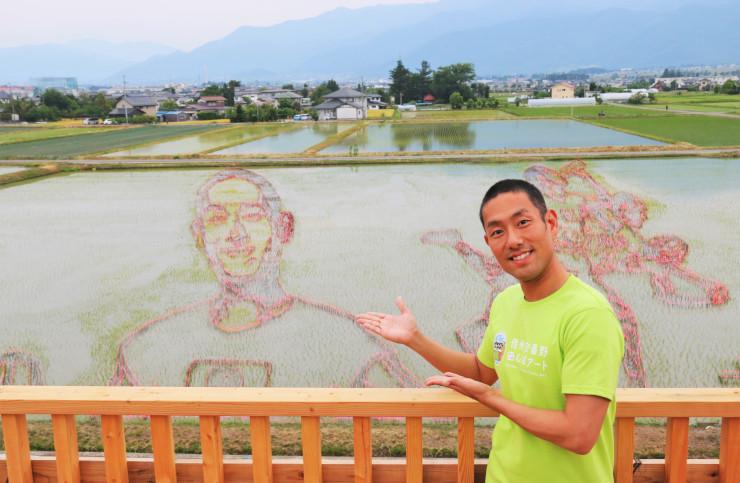 田んぼアートを紹介する中村勘九郎さん。アートの見頃は7月中旬ごろからになりそうだ