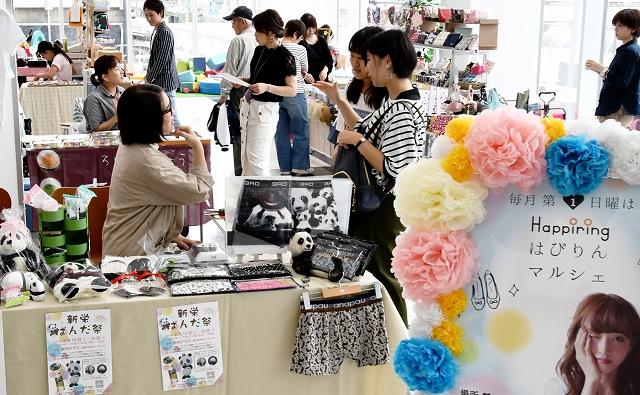 雑貨やスイーツ、創作体験などのブースを集めた「はぴりんマルシェ」=6月2日、福井県福井市のハピリン