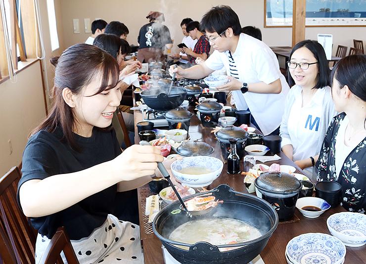 氷見の食材を使った「氷見三昧御膳」を堪能する福井県からの一行=ひみ番屋街番屋亭
