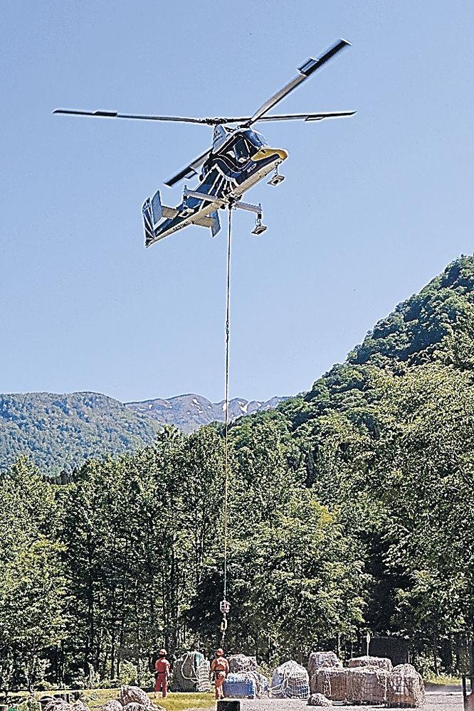 白山室堂ビジターセンターに物資を空輸するヘリコプター=白山市白峰