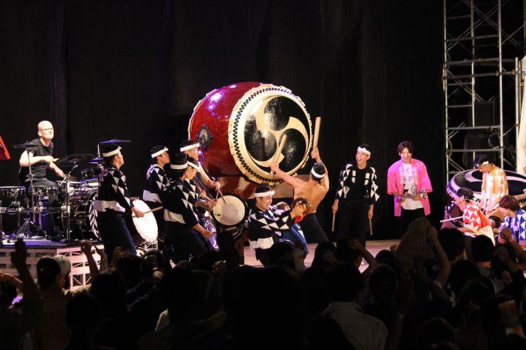 太鼓芸能集団「鼓童」がゲストと共演した昨年の「ハーバーマーケットライブ」=2018年8月、佐渡市小木町