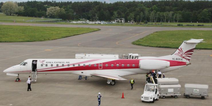 昨年5月に県営松本空港に到着したコリアエクスプレスエアの機体=松本市