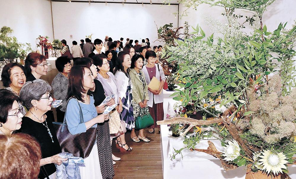 新時代を彩る生け花作品を鑑賞する来場者=金沢21世紀美術館