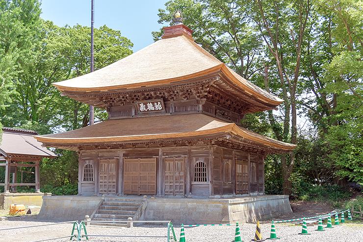 屋根をこけらぶきにするなど創建当初の姿に復元された勝興寺経堂=高岡市伏木古国府