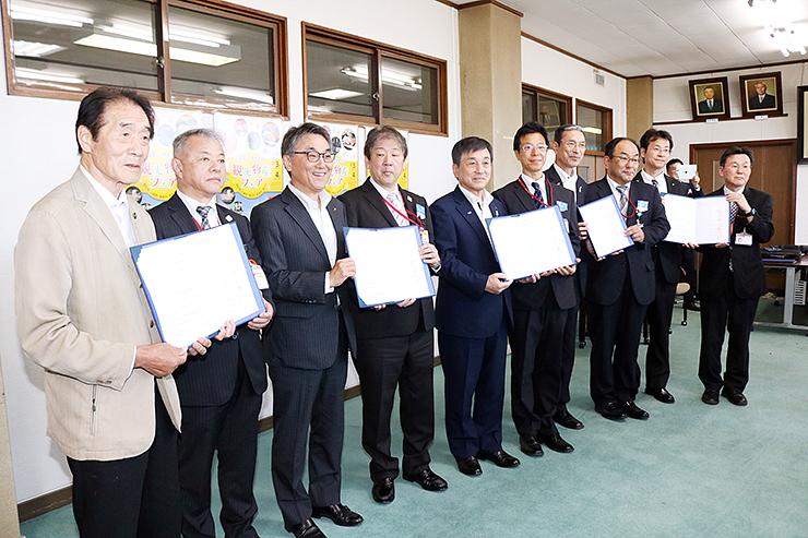 協定書を交わした上田市長(左)、村椿市長(左から3人目)、大野市長(同5人目)、笹島町長(同7人目)、水野課長(同9人目)