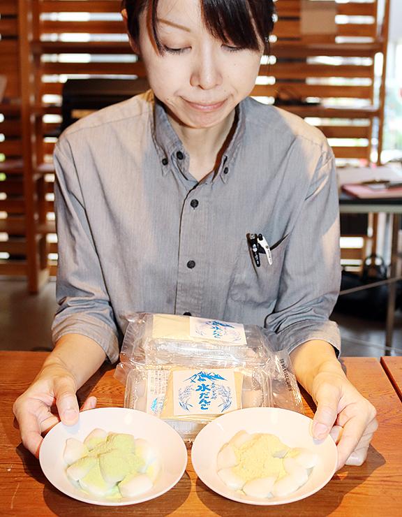 青大豆を使ったきな粉(右)と元々のきな粉をかけた水だんご。それぞれ親しまれている