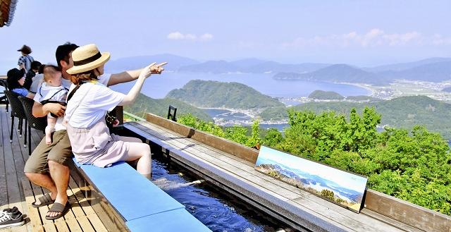 「クールジャパンアワード」を受賞したレインボーライン山頂公園の「足湯の展望台」=6月5日、同公園