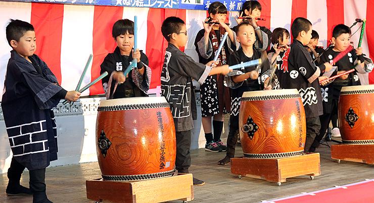 太鼓と笛の練習成果を披露する地元の児童=あんどん広場