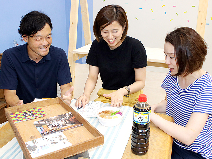 当日の打ち合わせを進める(右から)松瀬さん、沼尻さん、板林さん