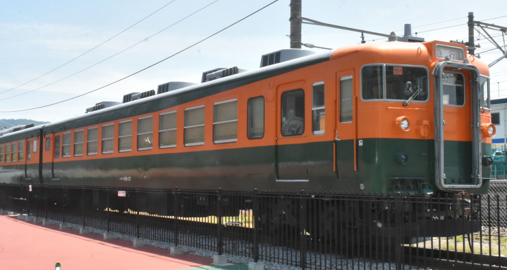 しなの鉄道坂城駅近くに展示されている169系車両