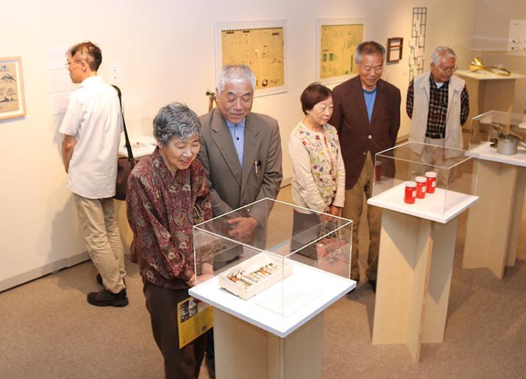 月光荘を創業した橋本さんが扱ってきたオリジナルの画材が並ぶ展示
