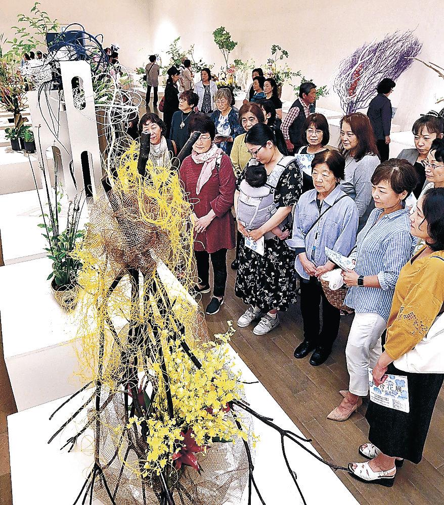 華やぎを新たにした後期展の作品群を堪能する来場者=金沢21世紀美術館「天皇即位の花」をイメージした立花