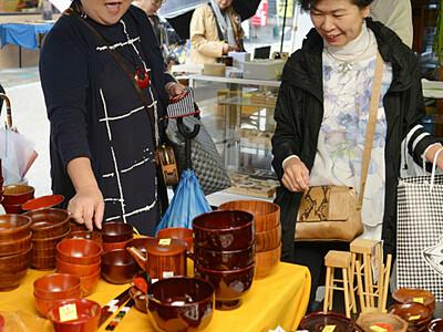 ずらり漆器、どれにする? 塩尻で木曽漆器祭・奈良井宿場祭