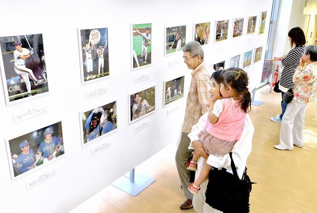 数々の名場面からイチローさんの活躍を振り返る報道写真展=6月7日、福井県福井市の西武福井店
