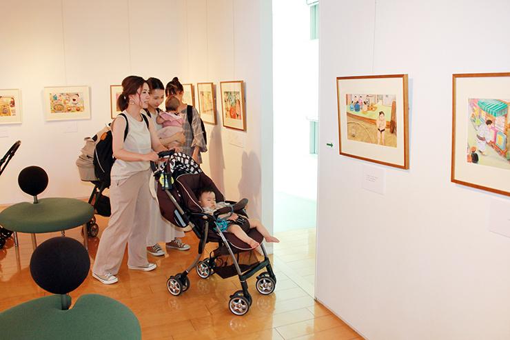 相撲をテーマにした絵本「りきしのほし」を紹介している加藤休ミ原画展