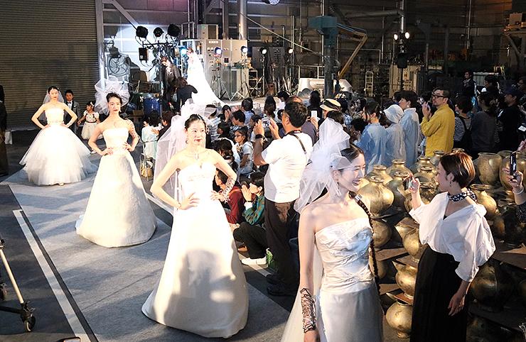 大勢の人でにぎわった鋳物場でのファッションショー=能作