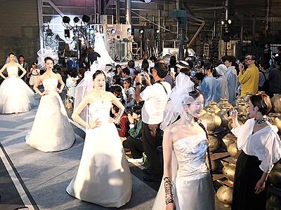 新たなギフト文化発信 高岡能作、鋳物場でドレス披露