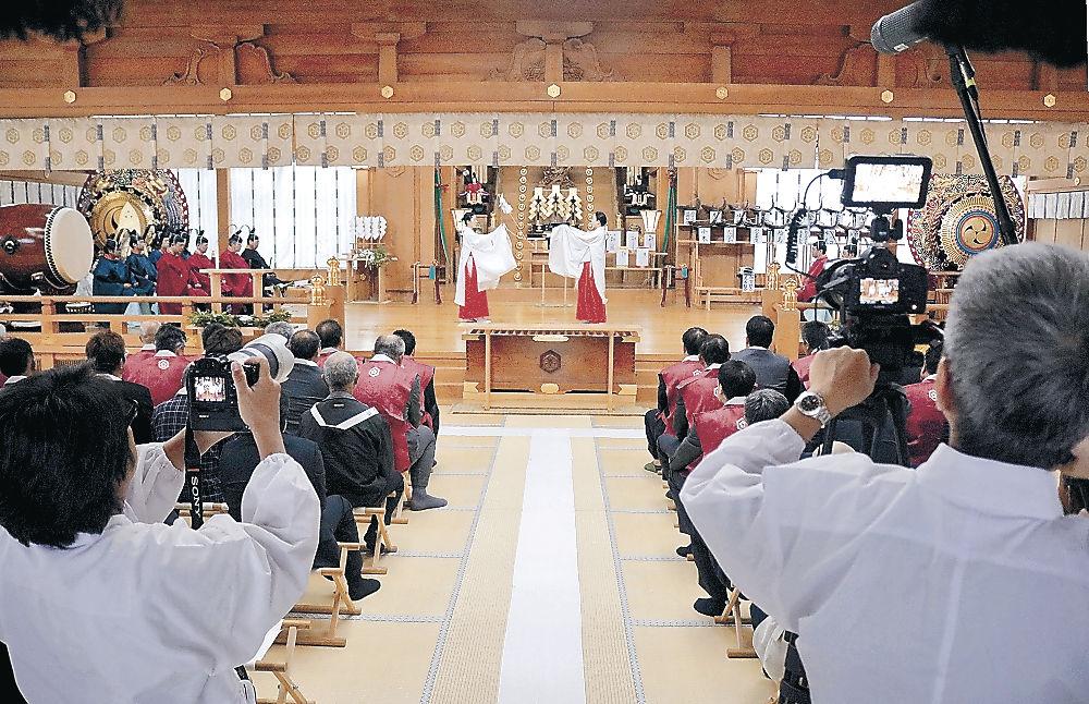 神事をカメラに収める関係者=白山比咩神社
