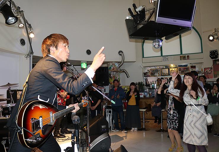 バンドの演奏で盛り上がる観客