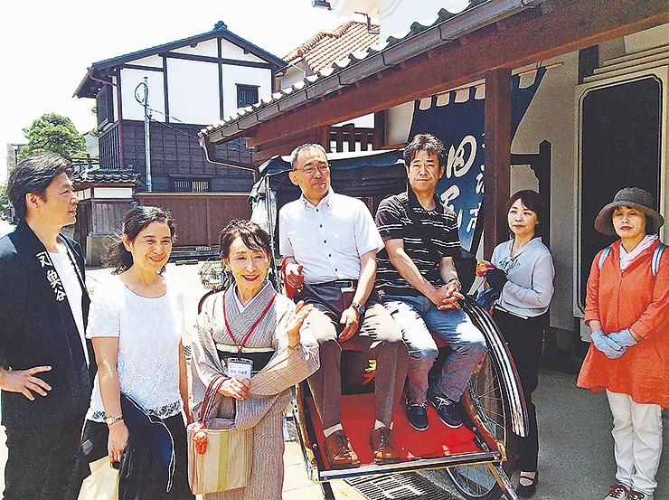 人力車の試運転で案内する魚谷さん(左から3人目)