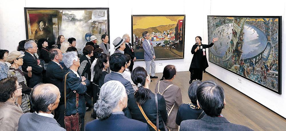 遠藤理事の作品に見入る来場者=金沢21世紀美術館
