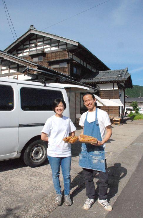 空き家を活用した野外レストラン兼ゲストハウスを運営する今井将智さん(右)と田中美央さん=三条市庭月