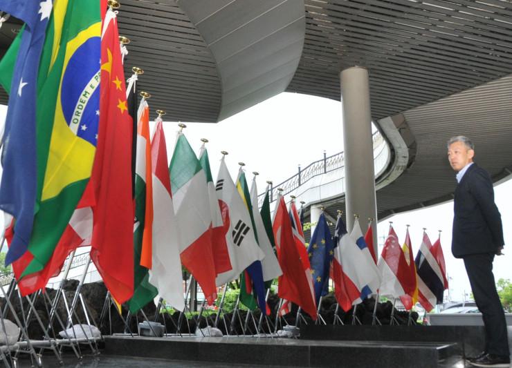 軽井沢駅北口ロータリーに掲げられた参加各国の国旗。本番で閣僚らを迎える=11日、軽井沢町