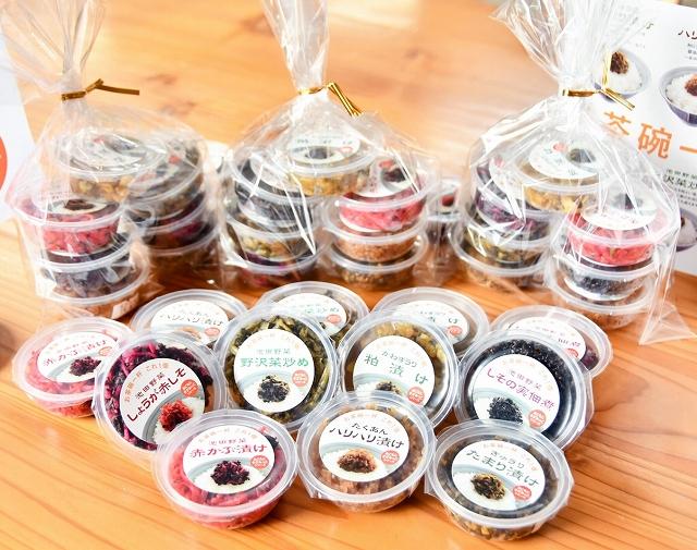 食べきりサイズで、ふりかけとしても味わえるよう細かく刻んだ漬物の新商品=福井県池田町農業公社