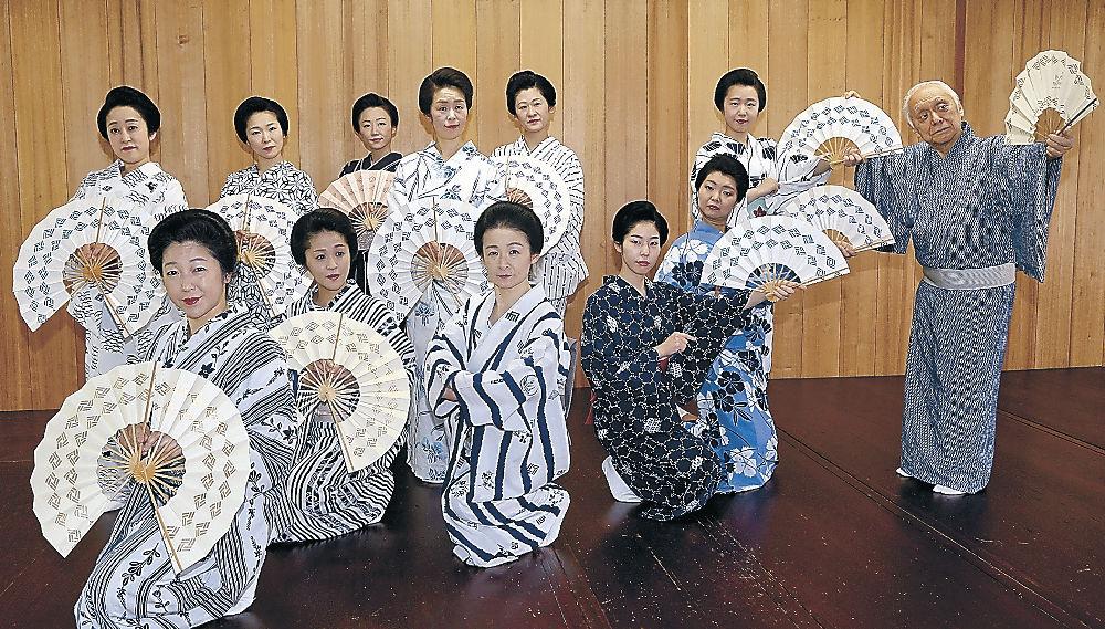 西川総師(右)の指導を受けるにし茶屋街の芸妓衆=金沢市の西検番