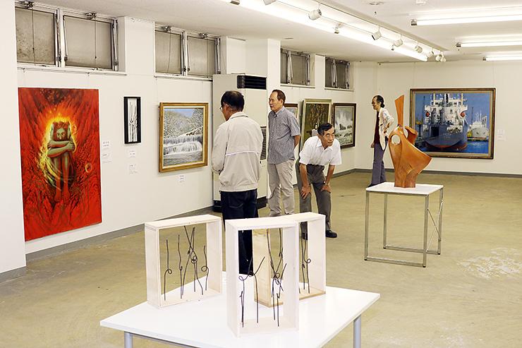 大沢野地域の芸術家の作品が並ぶ会場