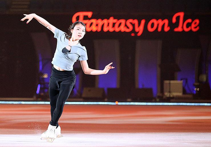 リンクの感触を確かめながらリハーサルする紀平=富山市総合体育館