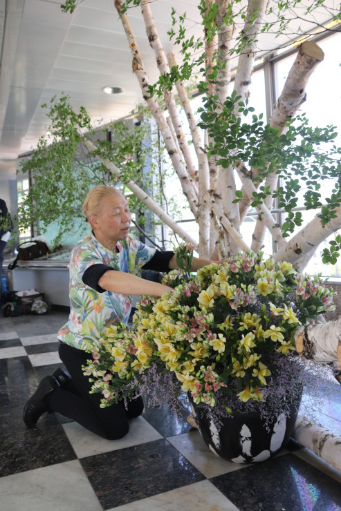 県産の花や木を組み合わせてモニュメントを作る假屋崎さん