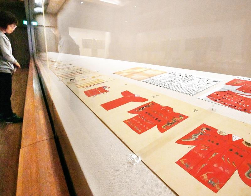 初公開の「主上御礼服秘図」などが並ぶ企画展=5月28日、福井市立郷土歴史博物館
