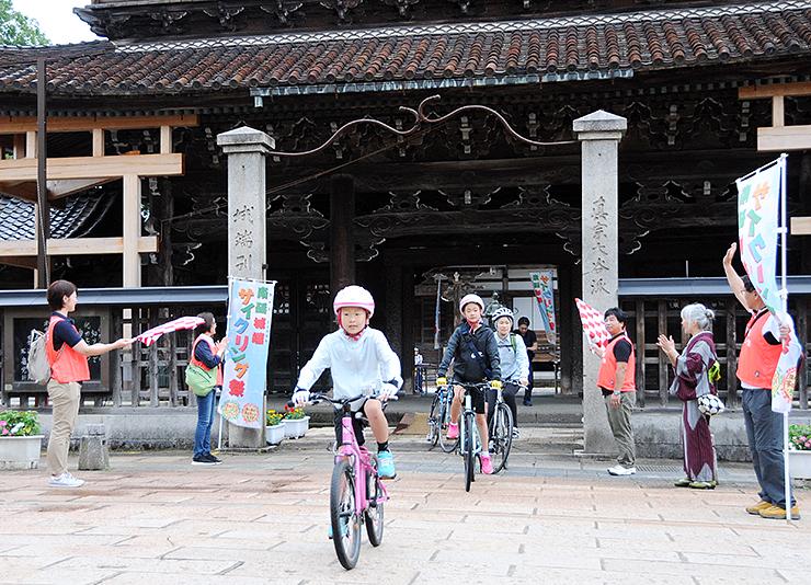 城端別院善徳寺をスタートする参加者