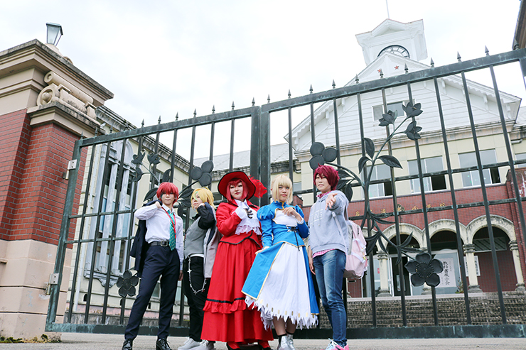 札幌時計台などをモデルにした建物の前でポーズを決める参加者