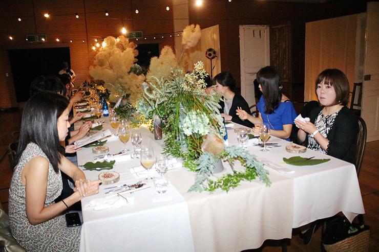 華やかに盛り付けられた旬の料理を味わう参加者
