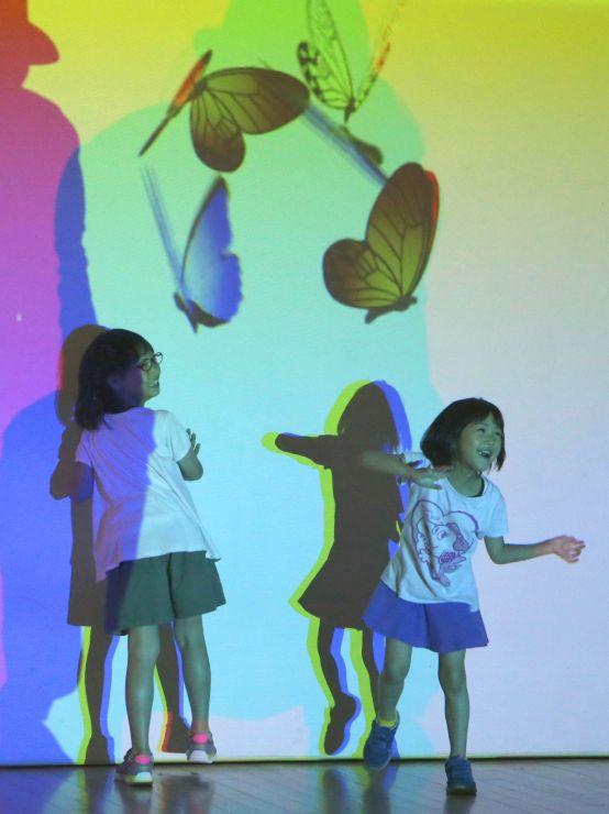 親子連れが光や映像のアートを楽しんだ「帰ってきた!魔法の美術館」の内覧会=14日、新潟市秋葉区