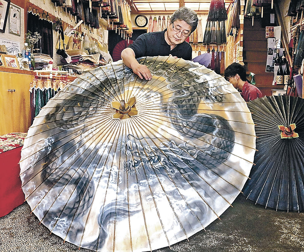 完成した巨大な金沢和傘=千日町