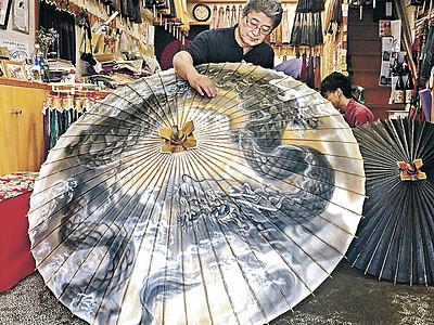 巨大金沢和傘が完成 松田和傘店、埼玉の神社へ