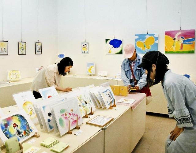 パステルでやさしく表現した、親子の日々描く作品が並ぶ=6月17日、福井県福井市中央1丁目のふくい工芸舎