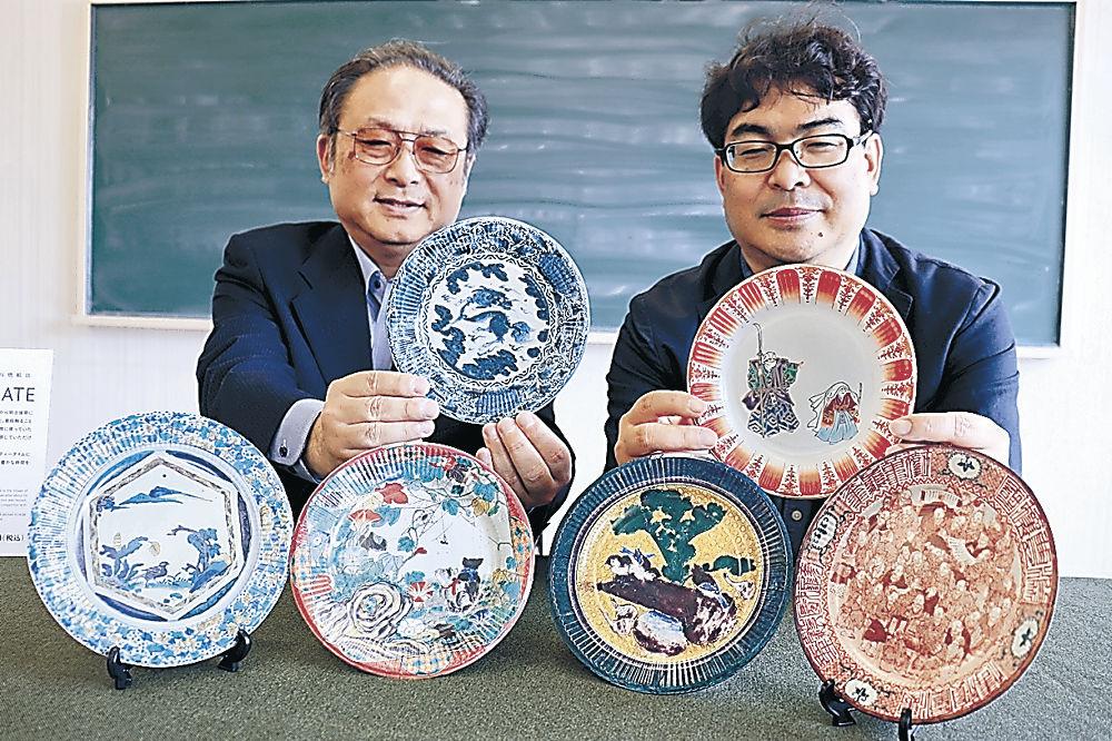 九谷焼の図柄を使った紙皿=能美市九谷焼資料館