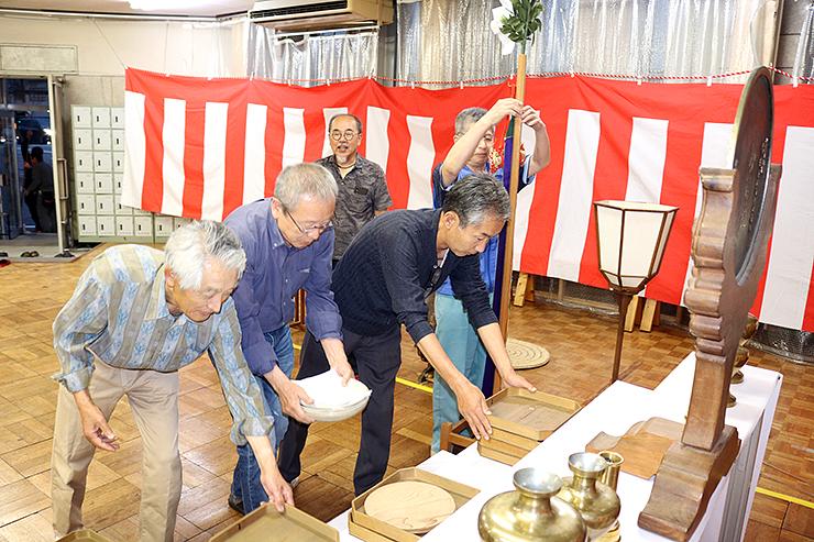 ご神体を迎える祭壇を準備する地元の人たち=金屋町公民館