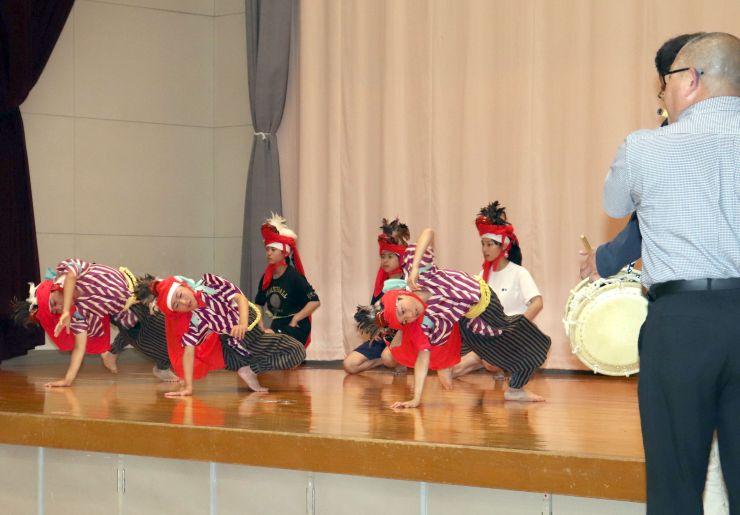 晴れ舞台に向けて「角兵衛獅子の舞」の練習に励む子どもたち=新潟市南区