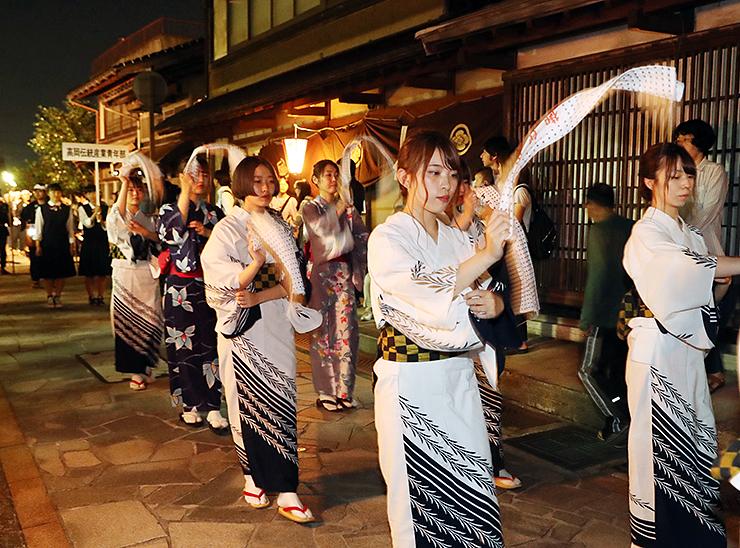 手拭いを振りながら踊る女性たち=高岡市金屋町